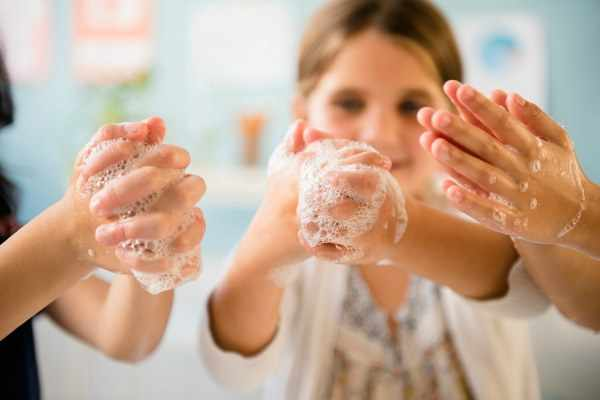 Моют руки