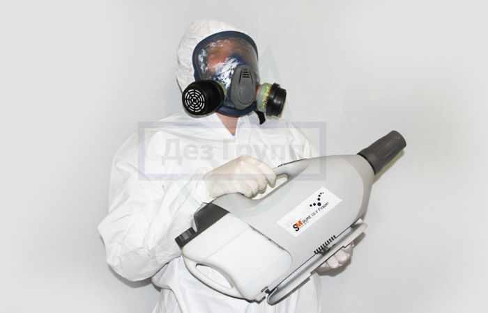 Уничтожение клопов - специалист Дез Групп с генератором холодного тумана