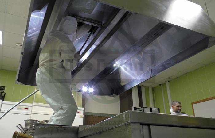 Прочистка вытяжки в кафе от пыли и других загрязнений