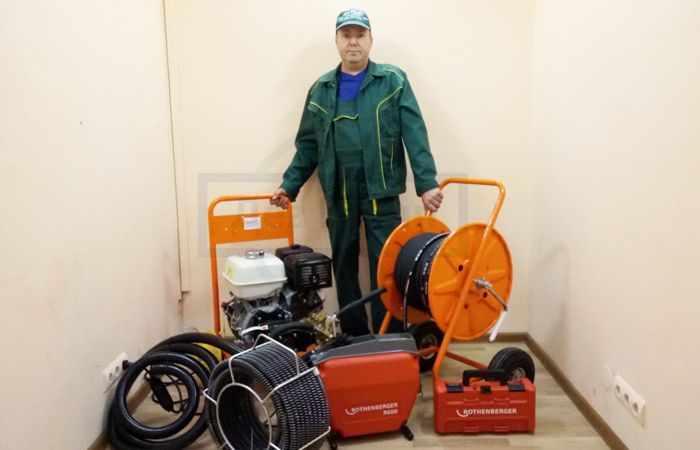 Прочистка канализации: устранение засоров в частном доме в Москве