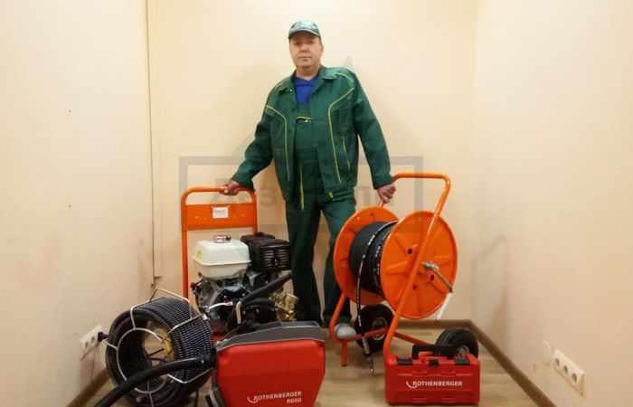 Прочистка канализационных труб в квартире - вызвать в Москве