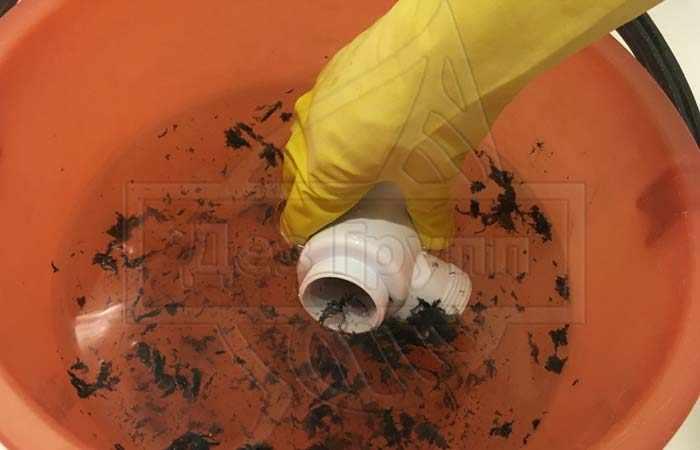 Проблема загрязнения может крыться в сифоне, необходимо его очистить