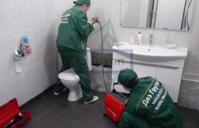 Вызвать аварийную службу по устранению засоров канализационных каналов