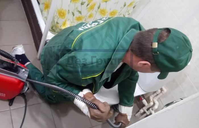 Удаление засора сантехническим тросом
