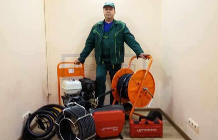 Оборудование для прочистки канализации, которым пользуется служба дез Групп